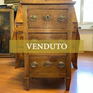 Comodino in stile Direttorio a tre cassetti del XIX secolo
