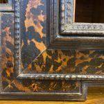 Antica cornice guilloche XVII secolo ebanizzata con inserti in tartaruga – 004