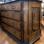 Antico canterano lombardo del 1600, lastronato in noce, filettato ed intarsiato – 004