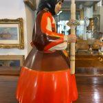 Ceramica Lenci: donna con abito tradizionale sardo