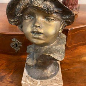 Scultura in bronzo di Francesco Paolo Michetti: ragazzo sorridente